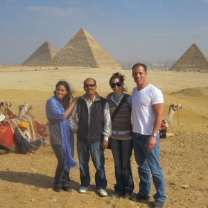 las-tres-pirmides-en-meseta-de-guiza-en-egipto-tour